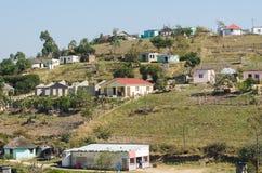 Afrikaanse typische landelijke huizen Beroemde wijngaard Kanonkop dichtbij schilderachtige bergen bij de lente Royalty-vrije Stock Foto