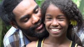Afrikaanse Vader en Dochter stock video