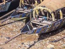 Afrikaanse vissersboot die op riverbank rusten stock foto's