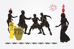 Afrikaanse volksdans Vrouwen met kruiken op hun hoofden en mannen danci Stock Afbeelding