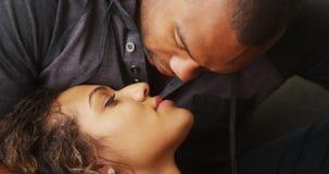 Afrikaanse vriend die zijn meisje kussen stock foto's