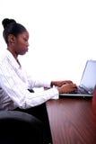 Afrikaanse Vrouw Amrican met Computer stock foto