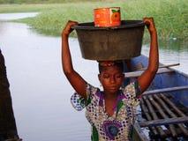 Afrikaanse vrouw bij de rivier Stock Foto's