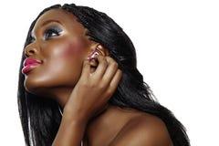 Afrikaanse vrouw die aan muziek luistert. Stock Afbeelding
