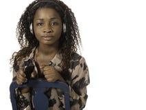 Afrikaanse vrouw die aan muziek van telefoon luisteren royalty-vrije stock foto