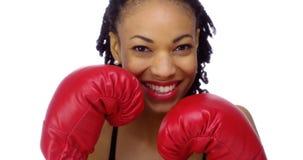 Afrikaanse vrouw die bokshandschoenen dragen Royalty-vrije Stock Foto