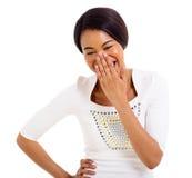 Afrikaanse vrouw die haar mond en het lachen behandelt Stock Foto