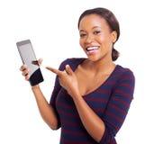 Afrikaanse vrouw die tablet richten Royalty-vrije Stock Foto's
