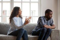Afrikaanse vrouw en man die thuis ruzie maken stock afbeelding