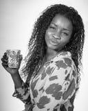 Afrikaanse vrouw het drinken koffie stock foto's