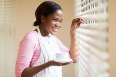 Afrikaanse vrouw het gluren zonneblinden Stock Afbeelding