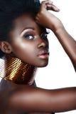 Afrikaanse vrouw met halsband stock fotografie