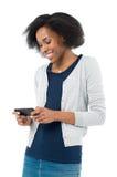 Afrikaanse Vrouw met Mobiele Telefoon Stock Afbeeldingen