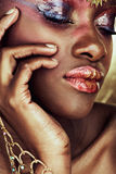Afrikaanse vrouw met natte oogschaduw. Stock Afbeeldingen