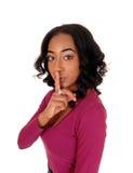 Afrikaanse vrouw met vinger over mond Royalty-vrije Stock Fotografie