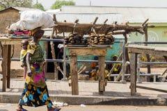 Afrikaanse vrouw op de straat stock fotografie