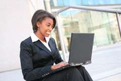 Afrikaanse Vrouw op Laptop Royalty-vrije Stock Foto