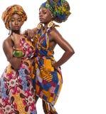 Afrikaanse vrouwelijke modellen die in kleding stellen stock afbeeldingen