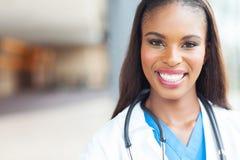 Afrikaanse vrouwelijke verpleegster royalty-vrije stock fotografie