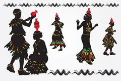 Afrikaanse vrouwen en mannen dansvolksdans Een mens zet een waterkruik aan Stock Foto's