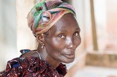Afrikaanse vrouwen in het dorp royalty-vrije stock afbeeldingen