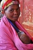 Afrikaanse vrouwen met baby bij borst Stock Fotografie
