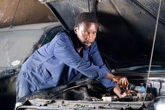 Afrikaanse werktuigkundige op het werk Royalty-vrije Stock Afbeeldingen