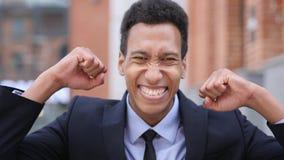 Afrikaanse Zakenman Celebrating Success Gesture in Offcie stock foto