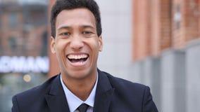 Afrikaanse Zakenman Celebrating Success Gesture in Offcie stock footage