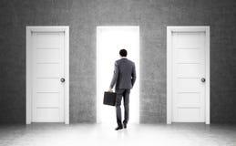 Afrikaanse zakenman en drie deuren Stock Foto