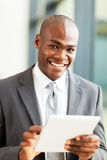 Afrikaanse zakenmantablet Stock Afbeelding