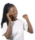 Afrikaanse of zwarte Amerikaanse vrouw die aan celtelefoon spreken Stock Foto