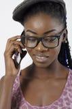 Afrikaanse of zwarte Amerikaanse vrouw die aan celtelefoon spreken Royalty-vrije Stock Afbeeldingen