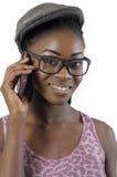 Afrikaanse of zwarte Amerikaanse vrouw die aan celtelefoon spreken Royalty-vrije Stock Fotografie