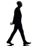 Afrikaanse zwarte mens die toothy het glimlachen silhouet lopen Royalty-vrije Stock Afbeeldingen