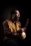 Afrikaanse zwarte mens met etnisch muzikaal instrument royalty-vrije stock afbeelding