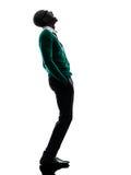 Afrikaanse zwarte mens status die omhoog het lachen silhouet kijken Royalty-vrije Stock Fotografie