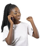 Afrikan eller amerikansk kvinna för svart som talar till mobiltelefonen Arkivfoto