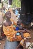 afrikanen behandla som ett barn kvinnan Arkivfoto