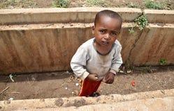 Afrikanen behandla som ett barn pojken arkivfoto
