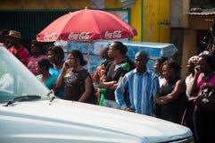 Afrikanen die op de bus wachten Stock Foto