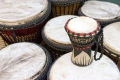 Afrikanen trummar på marknadsför stallen royaltyfri fotografi