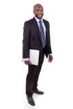 Afrikaner Amercian Geschäftsmann, der ein laptopn anhält Stockbild