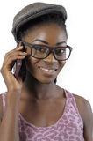 Afrikaner oder schwarze Amerikanerin, die mit Handy sprechen Lizenzfreie Stockfotografie