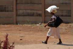 Afrikaner, wenn das Einkaufen getragen wird stockfotografie