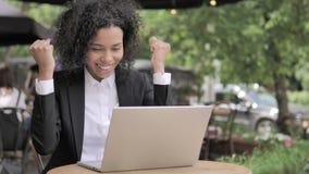 Afrikanerin, die Erfolg, Café im Freien feiert stock video