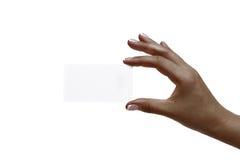 Afrikanerin ` s Hand hält weiße Karte auf einem weißen Hintergrund Lizenzfreie Stockfotografie
