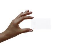 Afrikanerin ` s Hand hält weiße Karte auf einem weißen Hintergrund stockfotografie