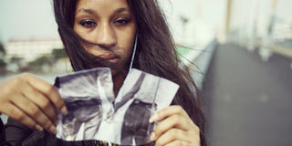 Afrikanerin-Traurigkeits-hörendes Musik-zerreißendes Foto-Auseinanderbrechen Conc Lizenzfreies Stockfoto