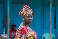 Afrikanerin zurück geschaut (Republik Kongo) Lizenzfreie Stockfotografie